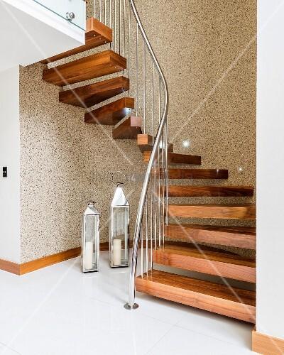 gewendelte treppe mit holzstufen und edelstahl gel nder. Black Bedroom Furniture Sets. Home Design Ideas