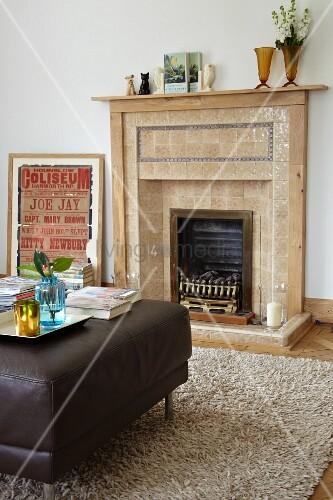 gekachelter offener kamin in traditionellem ambiente mit modernem polstertisch bild kaufen. Black Bedroom Furniture Sets. Home Design Ideas