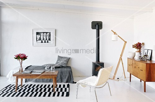 Minimalistisches wohnzimmer mit couchtisch auf schwarz weiss gestreiftem teppichl ufer vor - Minimalistisches wohnzimmer ...