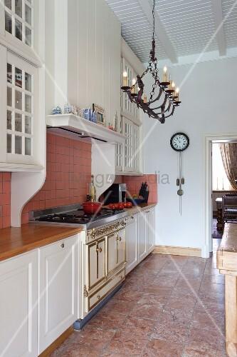 k chenzeile mit weissen unterschr nken in elegantem landhausstil und decken kerzenleuchter an. Black Bedroom Furniture Sets. Home Design Ideas