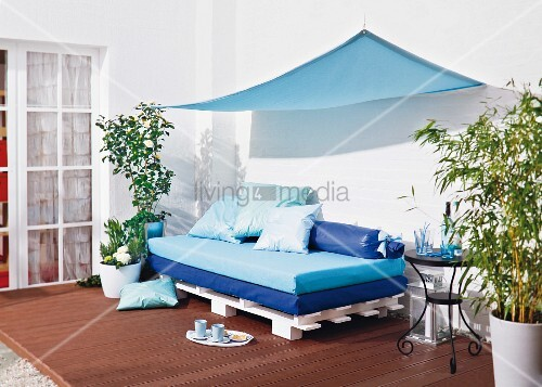 diy couch aus paletten und matratzen und mit sonnensegel f r die terrasse bild kaufen. Black Bedroom Furniture Sets. Home Design Ideas