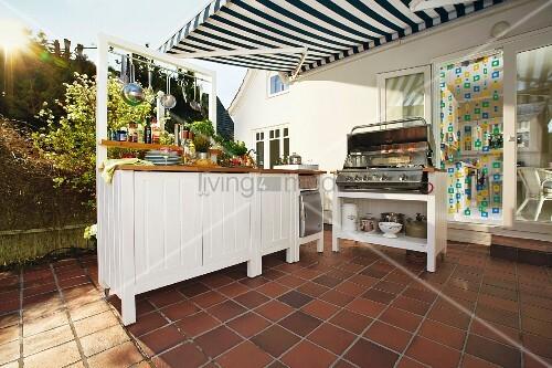 Outdoor-Küchenunterschrank aus Nut- und Federbrettern mit ...