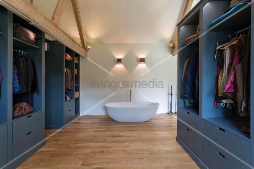 ausgebautes dachgeschoss mit kleiderschr nken und badewanne bild kaufen living4media. Black Bedroom Furniture Sets. Home Design Ideas