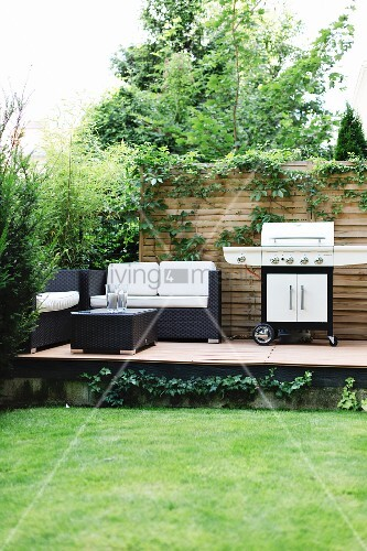 erh hte terrasse im garten mit loungem beln und grill bild kaufen living4media. Black Bedroom Furniture Sets. Home Design Ideas