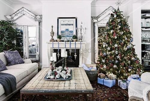 geschm ckter weihnachtsbaum und verpackte geschenke in. Black Bedroom Furniture Sets. Home Design Ideas