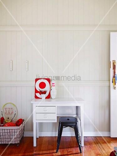 weisser schreibtisch und schwarzer klassiker metallhocker. Black Bedroom Furniture Sets. Home Design Ideas