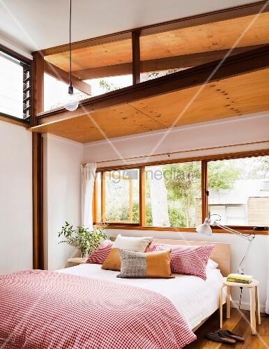 helles schlafzimmer mit asiatischem und europ ischem flair doppelbett mit rot weiss karierter. Black Bedroom Furniture Sets. Home Design Ideas