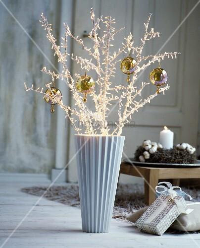 Dekozweige mit weihnachtskugeln in eleganter vase in vintage ambiente bild kaufen living4media - Weihnachtskugeln vintage ...