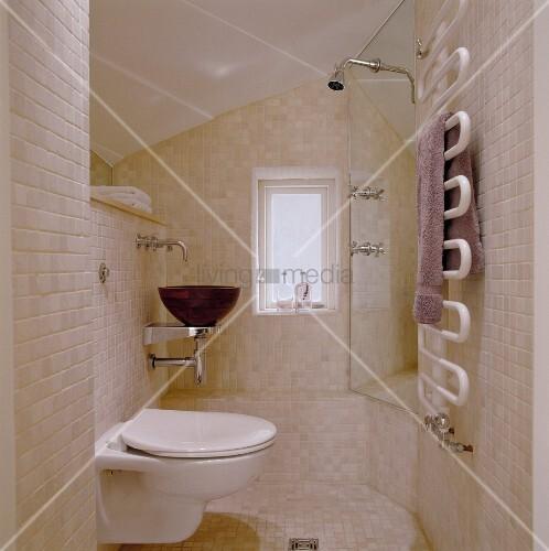gefliestes bad mit hellen wandfliesen und wc neben. Black Bedroom Furniture Sets. Home Design Ideas
