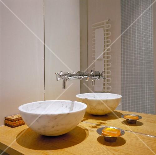 waschsch ssel aus marmor auf holzplatte und. Black Bedroom Furniture Sets. Home Design Ideas
