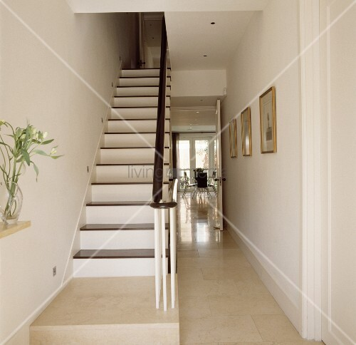 Schlichte weiss lackierte holztreppe und dunkler handlauf for Bilder treppenhaus