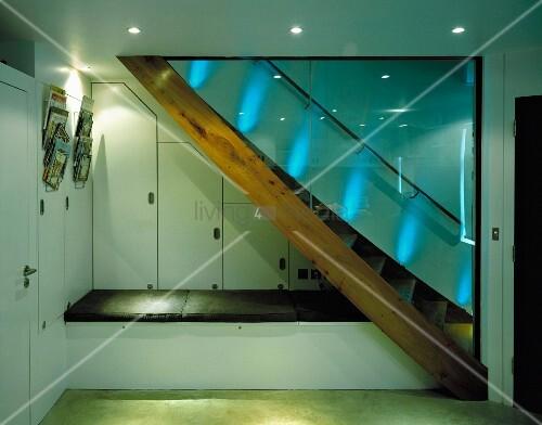 holztreppe mit glastrennwand und in treppennische sitzpolster auf podest bild kaufen. Black Bedroom Furniture Sets. Home Design Ideas