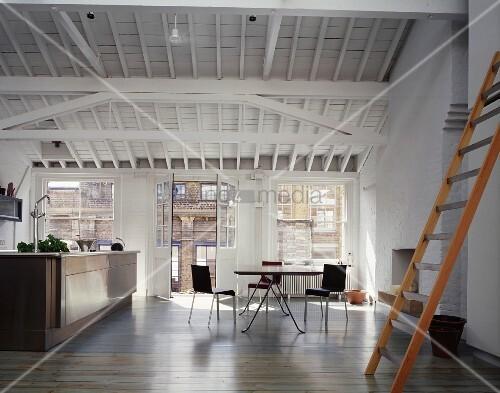 ausgebautes dachgeschoss in englischer fabrik mit offener k che und essplatz bild kaufen. Black Bedroom Furniture Sets. Home Design Ideas