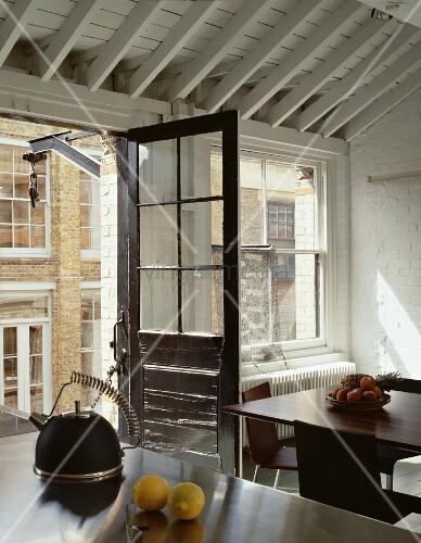 Offene Balkontür im Vintagestil in designter Küche mit ...
