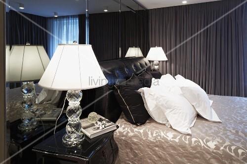 Herrenschlafzimmer mit nachttischlampe neben weissen for Innendesigner wien