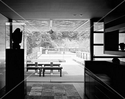 japanisches haus mit offenen schiebet ren und blick auf tisch mit b nken im innenhof bild. Black Bedroom Furniture Sets. Home Design Ideas
