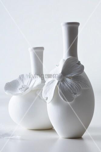 weisse vasen mit bl tenapplikation bild kaufen. Black Bedroom Furniture Sets. Home Design Ideas
