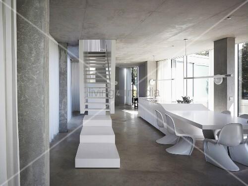 weisses treppenpodest vor treppe im offenen wohnraum mit schalenst hlen aus bauhauszeit vor. Black Bedroom Furniture Sets. Home Design Ideas