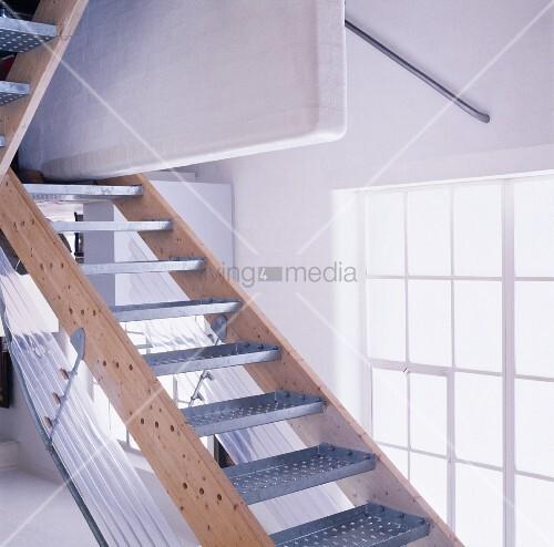 einfache treppe mit metallstufen vor atelierfenster bild. Black Bedroom Furniture Sets. Home Design Ideas