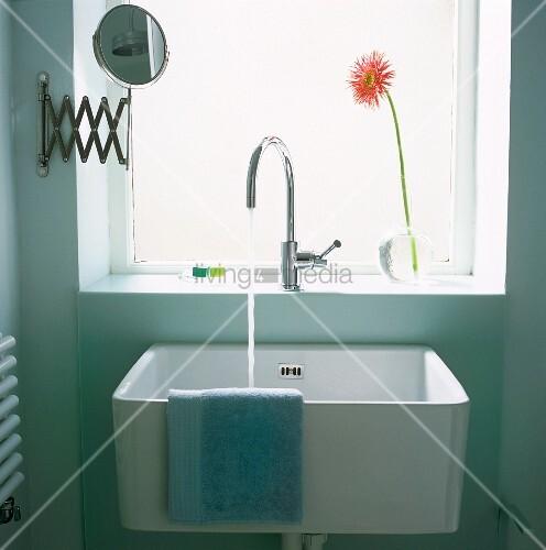 waschbecken mit fliessendem wasser unter dem fenster. Black Bedroom Furniture Sets. Home Design Ideas