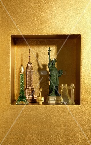 amerikanische miniatur freiheitsstatue neben miniatur h user in gold get nter wandnische bild. Black Bedroom Furniture Sets. Home Design Ideas