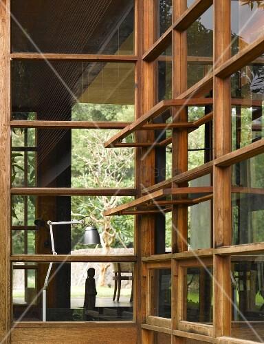 blick durch holzglasfassade mit ge ffneten fenstern im traditionellen stil auf retro tischlampe. Black Bedroom Furniture Sets. Home Design Ideas
