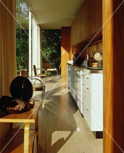 offene k che mit weisser k chenzeile vor terrassenfenster bild kaufen living4media. Black Bedroom Furniture Sets. Home Design Ideas