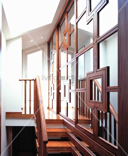 aufwendig gerahmte spiegelwand entlang schmaler holztreppe. Black Bedroom Furniture Sets. Home Design Ideas