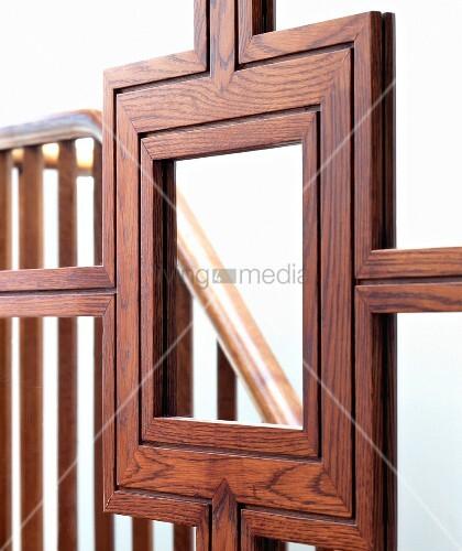 handwerklich aufwendige holzrahmung einer spiegel schiebet r mit abbild eines treppengel nders. Black Bedroom Furniture Sets. Home Design Ideas