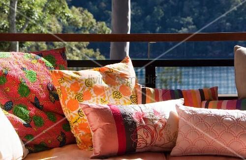 Dekokissen Auf Einem Sofa Auf Der Terrasse Bild Kaufen Living4media