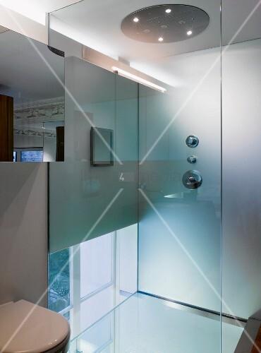 zeitgen ssisches bad mit dusche und glastrennwand bild. Black Bedroom Furniture Sets. Home Design Ideas
