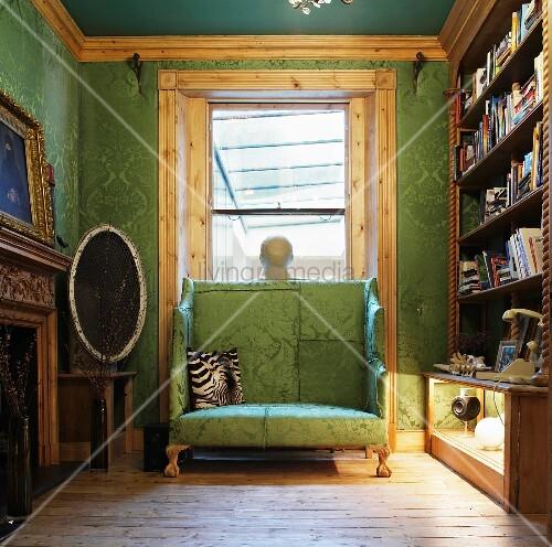 gepolsterte sitzbank mit hoher r ckenlehne vor fenster in bibliothek stoffbezug und tapete in. Black Bedroom Furniture Sets. Home Design Ideas