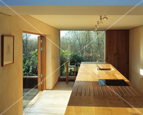 zeitgen ssische architektur mit raumhohem terrassenfenster und freistehendem k chenblock mit. Black Bedroom Furniture Sets. Home Design Ideas