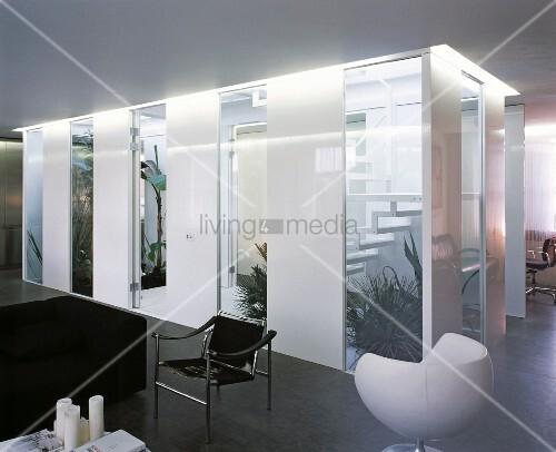 teilverglastes treppenhaus mit pflanzen als raumteiler in. Black Bedroom Furniture Sets. Home Design Ideas