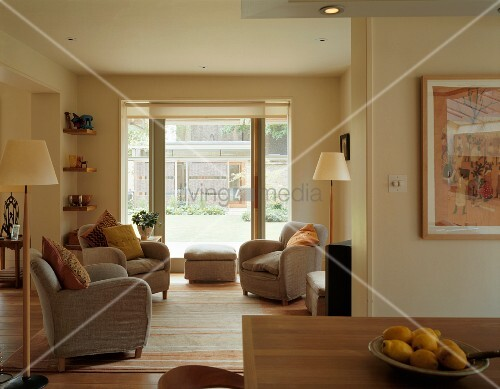 graue sessel mit zierkissen und stehlampen im skandinavischen stil in offenem wohn essbereich. Black Bedroom Furniture Sets. Home Design Ideas