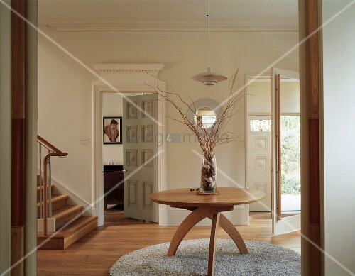 Foyer Rug Quarter : Round wooden table with a frame of quarter circle legs on