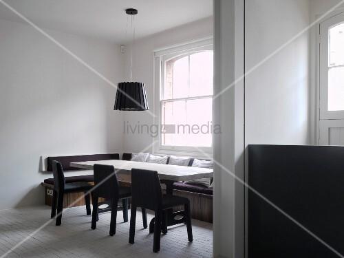 blick durch breiten durchgang auf modernen essplatz mit sitzbank vor fenster bild kaufen. Black Bedroom Furniture Sets. Home Design Ideas