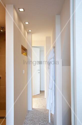 T ren und durchg nge in der gangflucht eines badezimmers for Innendesigner schweiz