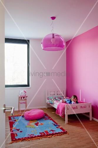 pinke wand im kinderzimmer mit kinderteppich und pinke halbkreislampe bild kaufen living4media. Black Bedroom Furniture Sets. Home Design Ideas