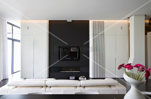 Designer-Wohnzimmer - weisse Faltwand vor schwarzer ...