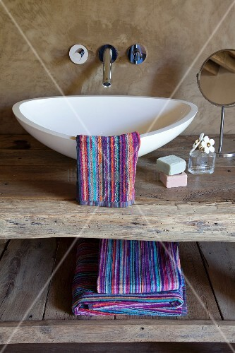 zu rustikalem Waschtisch aus recyceltem Holz – living4media