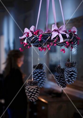 h ngender adventskranz mit hagebutten und zapfen bild kaufen living4media. Black Bedroom Furniture Sets. Home Design Ideas