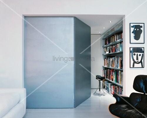 nebenraum mit ge ffneter t r und blick auf b cherregal im modernen wohnraum bild kaufen. Black Bedroom Furniture Sets. Home Design Ideas