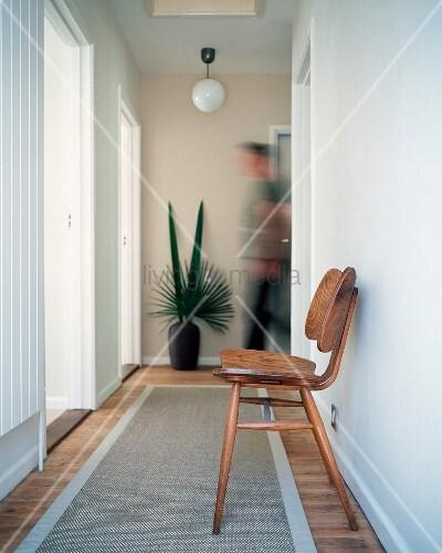 stuhl aus den 50er jahren auf teppichl ufer im flur bild kaufen living4media. Black Bedroom Furniture Sets. Home Design Ideas