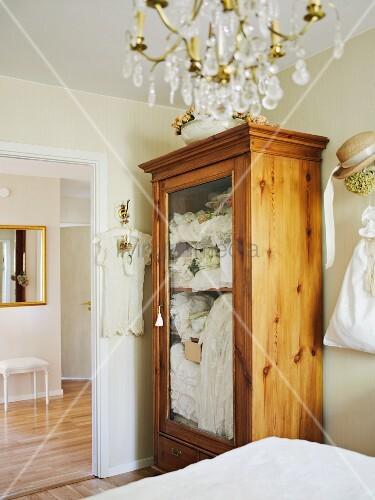 massiver vitrinenschrank mit glast r zur kleideraufbewahrung im schlafzimmer bild kaufen. Black Bedroom Furniture Sets. Home Design Ideas