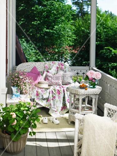 Balkon mit weissen rattanm beln und geranie bild kaufen for Innendesigner wien