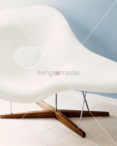 Bauhaus chaise longue with white plastic shell and wooden foot bild kaufen living4media for Peindre chaise longue plastique