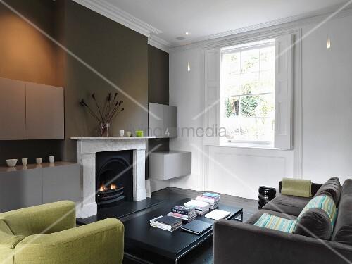 Wohnzimmer mit sofa sessel und kamin bild kaufen for Wohnzimmer marmortisch