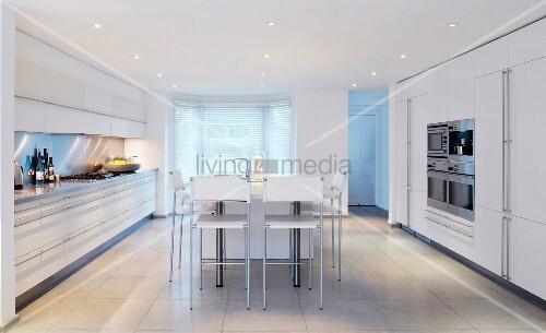 weisse k che mit k cheninsel bild kaufen living4media. Black Bedroom Furniture Sets. Home Design Ideas