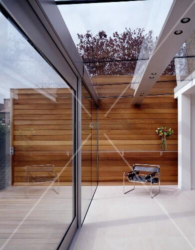 designer wohnhaus sessel im bauhausstil in modernem innenhof mit in glasdach integrierter. Black Bedroom Furniture Sets. Home Design Ideas